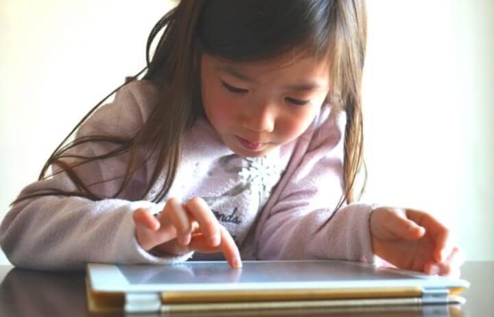 タブレットを操作する子供